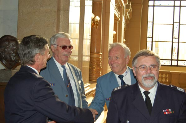 Landesbereichsführer der FF Hermann Jonas begrüßt Winfried Plate.