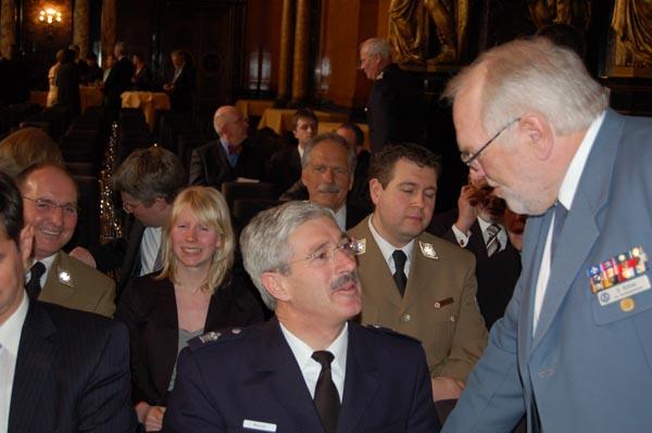 Oberbranddirektor Klaus Maurer im Gespräch mit Bernd Balzer, THW Landessprecher für Hamburg und stellvertretender Bundessprecher.